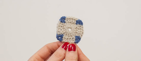 how to carry yarn in granny square